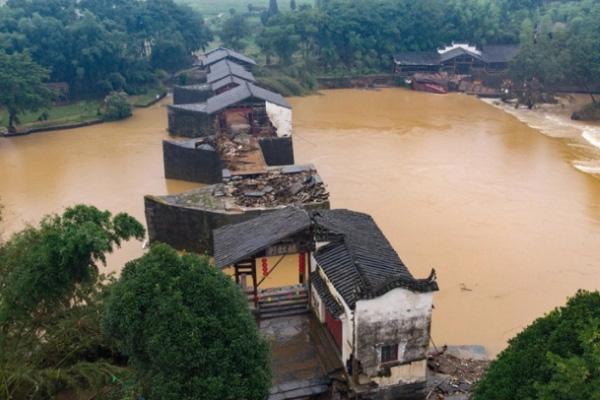 Lũ lụt tang thương ở Trung Quốc: 141 gười chết, di sản cầu cổ 800 năm tuổi bị phá hủy - Ảnh 2.