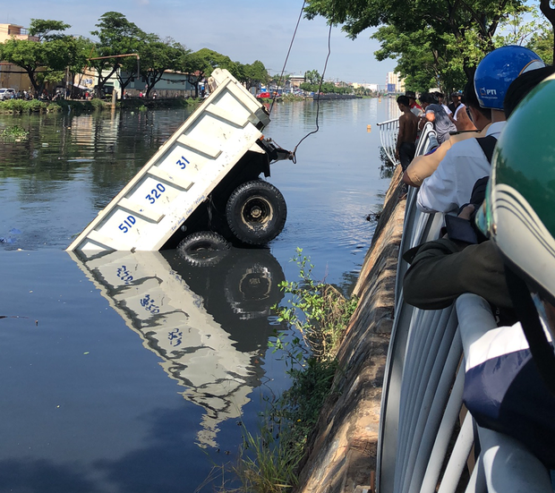 TP. HCM: Xe ben đang chạy bất ngờ lao đầu xuống kênh Tàu Hủ, tài xế hoảng hồn tung cửa bơi vào bờ - Ảnh 2.