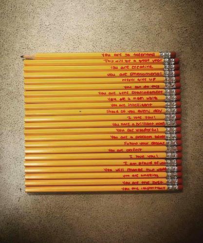 Mẹ viết những lời đặc biệt lên cây bút chì để khích lệ con trai làm trái tim cô giáo tan chảy - Ảnh 1.