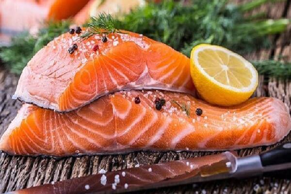 Cá hồi cực tốt mà lại sợ ăn vì tanh, ngâm với thứ nước này đảm bảo mùi tanh mấy cũng biến mất mà vẫn giữ nguyên chất bổ - Ảnh 2.