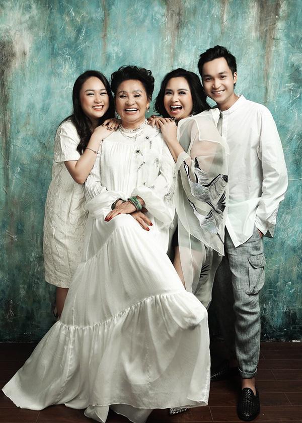 Loạt ảnh hạnh phúc của ba thế hệ nhà Thanh Lam - Ảnh 1.