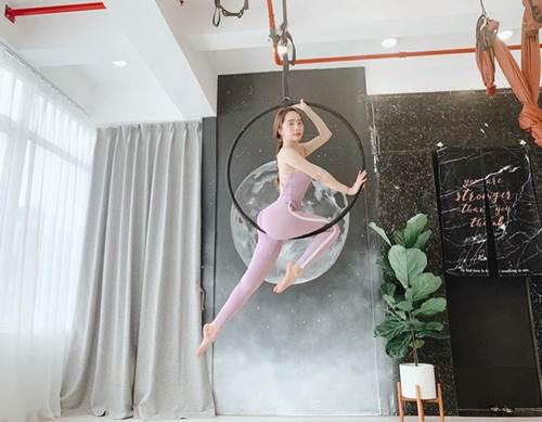 Khoe hình tập luyện trên không với body hoàn hảo từng centimet, Quỳnh Nga được khen đẹp như chị Hằng - Ảnh 3.