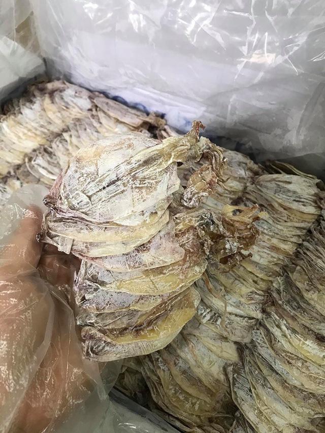Mực khô câu phơi ghe kích thước nhỏ như lá bài chỉ 4.000 đồng/con được dân nhậu chuộng hè này - Ảnh 5.