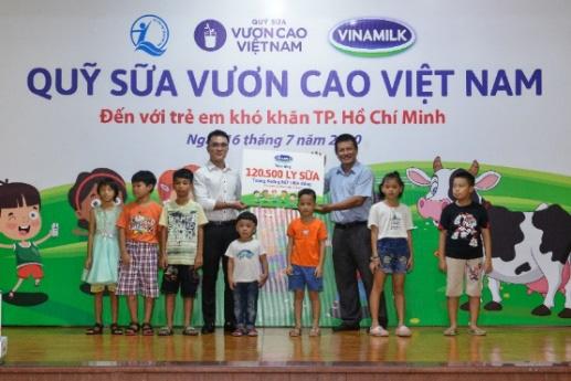 Quỹ sữa vươn cao Việt Nam và Vinamilk tiếp tục hành trình kết nối yêu thương tại TP.HCM - Ảnh 2.