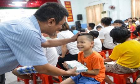 Quỹ sữa vươn cao Việt Nam và Vinamilk tiếp tục hành trình kết nối yêu thương tại TP.HCM - Ảnh 4.