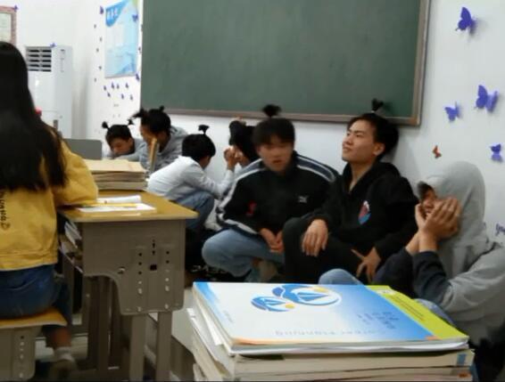 Không làm bài tập tiếng Anh, hội nam sinh bị thầy giáo phạt bá đạo - Ảnh 2.