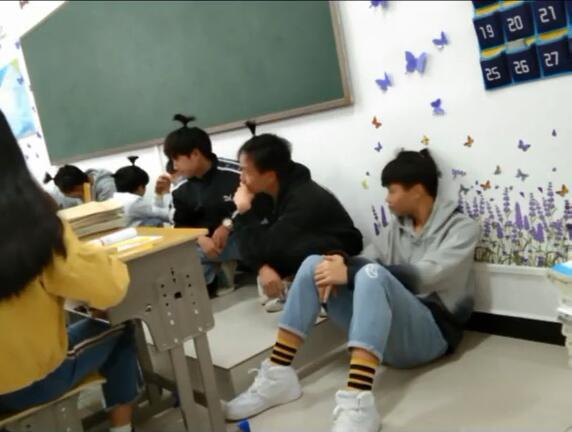 Không làm bài tập tiếng Anh, hội nam sinh bị thầy giáo phạt bá đạo - Ảnh 3.