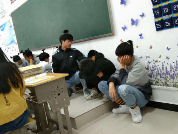 Không làm bài tập tiếng Anh, hội nam sinh bị thầy giáo phạt bá đạo - Ảnh 4.