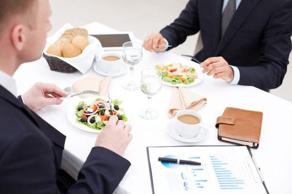 Thực khách cho con đi vệ sinh vào bát ăn của nhà hàng và những nguyên tắc ăn uống lịch sự ở nhà hàng ai cũng nên biết - Ảnh 10.