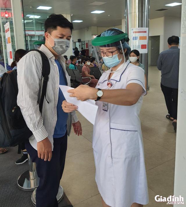 ẢNH: Người dân khai báo y tế bắt buộc, đo thân nhiệt khi đến bệnh viện - Ảnh 12.