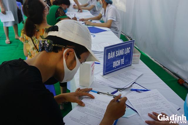 ẢNH: Người dân khai báo y tế bắt buộc, đo thân nhiệt khi đến bệnh viện - Ảnh 7.