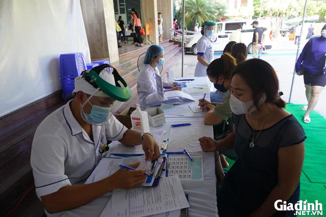 ẢNH: Người dân khai báo y tế bắt buộc, đo thân nhiệt khi đến bệnh viện - Ảnh 9.