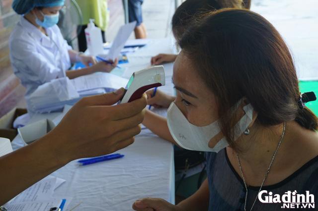 ẢNH: Người dân khai báo y tế bắt buộc, đo thân nhiệt khi đến bệnh viện - Ảnh 11.