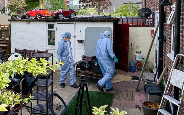 Thợ sửa điện đến nhà thấy người đàn ông xịt khử mùi xung quanh tủ lạnh liên tục, cảnh sát vào cuộc mới phát hiện tội ác bên trong - Ảnh 4.