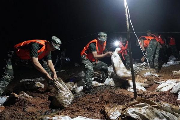 Tin lũ lụt mới nhất ở Trung Quốc: Người lính cứu hỏa khốn khổ dìm chân trong nước 30 tiếng đồng hồ liên tục - Ảnh 5.