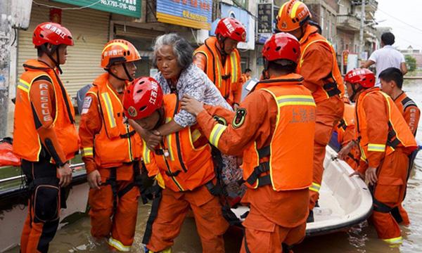 Tin lũ lụt mới nhất ở Trung Quốc: Người lính cứu hỏa khốn khổ dìm chân trong nước 30 tiếng đồng hồ liên tục - Ảnh 7.