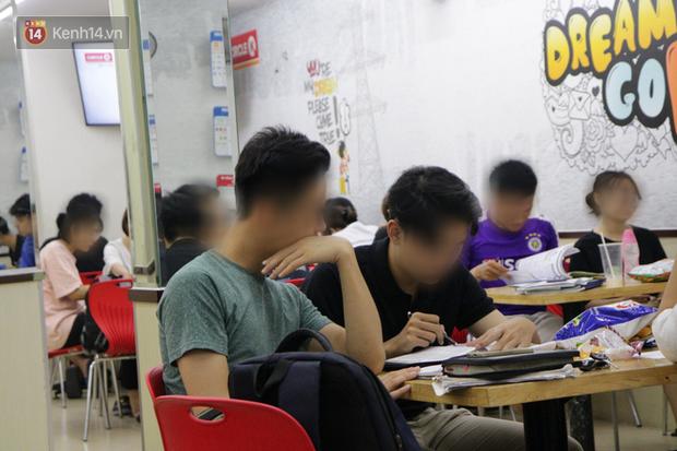 Sinh viên chen nhau ôn thi cuối kỳ ở cửa hàng tiện lợi đến 2-3h sáng vì nắng nóng - Ảnh 1.