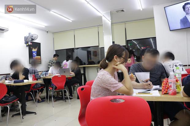 Sinh viên chen nhau ôn thi cuối kỳ ở cửa hàng tiện lợi đến 2-3h sáng vì nắng nóng - Ảnh 2.