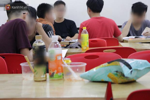 Sinh viên chen nhau ôn thi cuối kỳ ở cửa hàng tiện lợi đến 2-3h sáng vì nắng nóng - Ảnh 3.