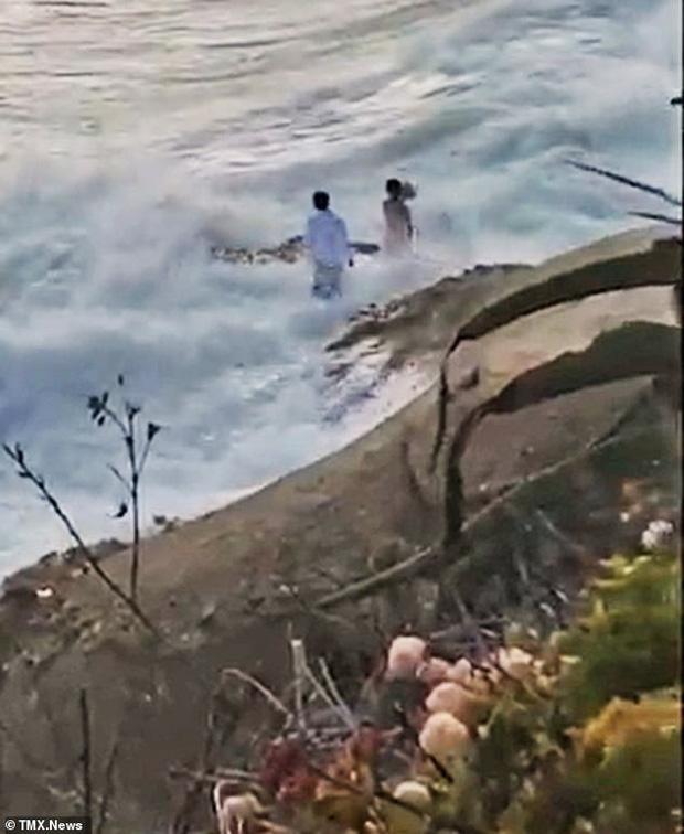 Ra bãi biển chụp ảnh cưới, cô dâu chú rể bị sóng cuốn phăng ra biển, khoảnh khắc con sóng lớn ập đến khiến mọi người thót tim - Ảnh 3.