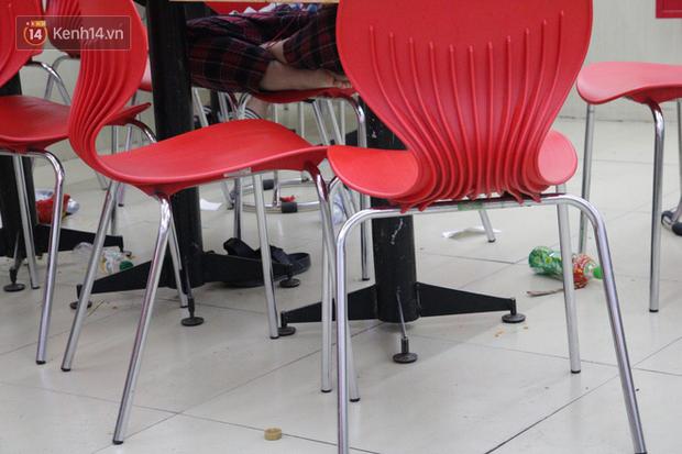 Sinh viên chen nhau ôn thi cuối kỳ ở cửa hàng tiện lợi đến 2-3h sáng vì nắng nóng - Ảnh 4.