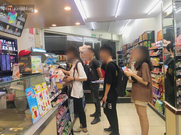 Sinh viên chen nhau ôn thi cuối kỳ ở cửa hàng tiện lợi đến 2-3h sáng vì nắng nóng - Ảnh 6.