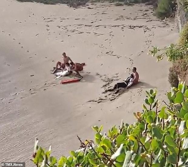 Ra bãi biển chụp ảnh cưới, cô dâu chú rể bị sóng cuốn phăng ra biển, khoảnh khắc con sóng lớn ập đến khiến mọi người thót tim - Ảnh 6.