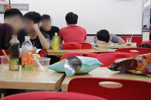 Sinh viên chen nhau ôn thi cuối kỳ ở cửa hàng tiện lợi đến 2-3h sáng vì nắng nóng - Ảnh 7.