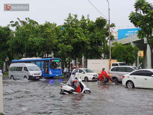 TP.HCM: Sáng nắng gắt, chiều mưa lớn kinh hoàng khiến người dân ướt sũng, bì bõm dắt xe lội nước - Ảnh 1.