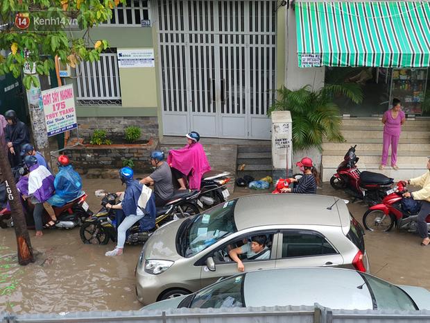 TP.HCM: Sáng nắng gắt, chiều mưa lớn kinh hoàng khiến người dân ướt sũng, bì bõm dắt xe lội nước - Ảnh 14.