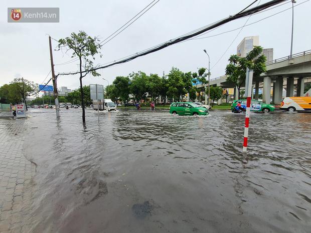 TP.HCM: Sáng nắng gắt, chiều mưa lớn kinh hoàng khiến người dân ướt sũng, bì bõm dắt xe lội nước - Ảnh 19.