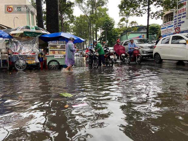 TP.HCM: Sáng nắng gắt, chiều mưa lớn kinh hoàng khiến người dân ướt sũng, bì bõm dắt xe lội nước - Ảnh 22.