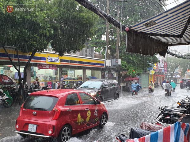 TP.HCM: Sáng nắng gắt, chiều mưa lớn kinh hoàng khiến người dân ướt sũng, bì bõm dắt xe lội nước - Ảnh 25.