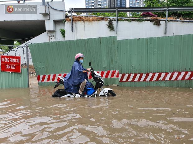 TP.HCM: Sáng nắng gắt, chiều mưa lớn kinh hoàng khiến người dân ướt sũng, bì bõm dắt xe lội nước - Ảnh 6.