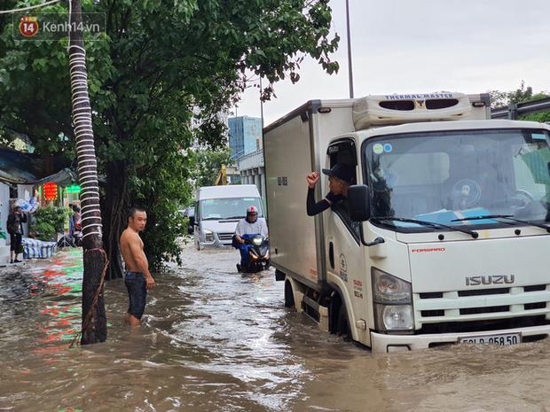 TP.HCM: Sáng nắng gắt, chiều mưa lớn kinh hoàng khiến người dân ướt sũng, bì bõm dắt xe lội nước - Ảnh 9.