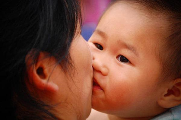 Tạm rời bỏ thói quen ôm hôn để giúp con trẻ an toàn trong mùa COVID-19 - Ảnh 2.