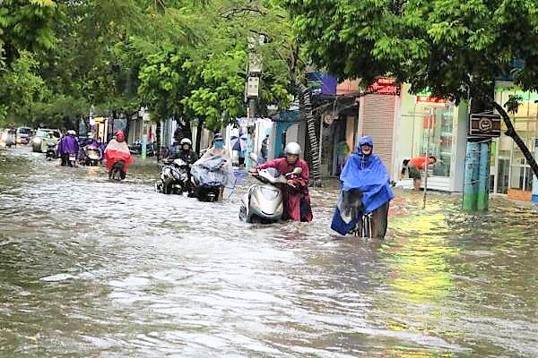 Hải Phòng: Nhiều tuyến phố ngập lụt sau bão số 2 - Ảnh 10.