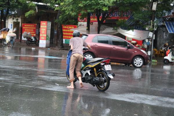 Hải Phòng: Nhiều tuyến phố ngập lụt sau bão số 2 - Ảnh 13.