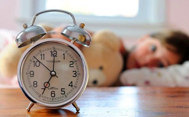 Cách rất hay để cha mẹ giúp con dậy sớm vui vẻ đến trường - Ảnh 1.