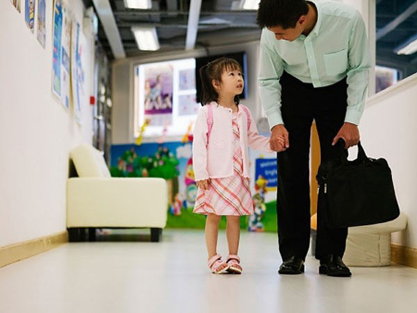 Cách rất hay để cha mẹ giúp con dậy sớm vui vẻ đến trường - Ảnh 2.