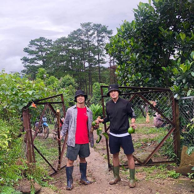 Công Phượng bắt cặp Huy Toàn tại nông trại Đà Lạt: Không đá bóng thì mình đi bán... bơ - Ảnh 1.