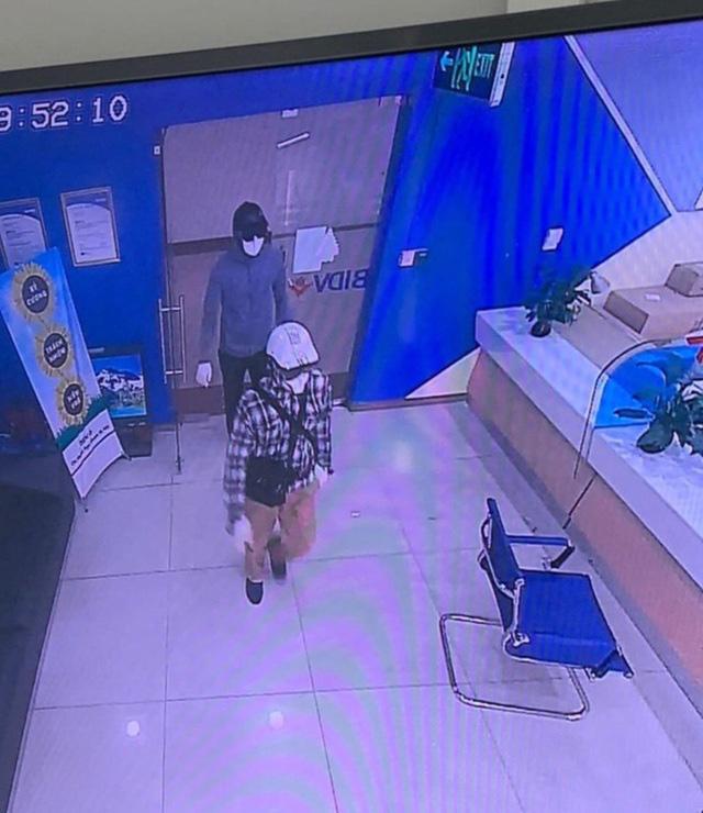 Hà Nội: Tạm giam 2 đối tượng nổ súng cướp ngân hàng BIDV, lấy đi hơn 900 triệu đồng - Ảnh 2.