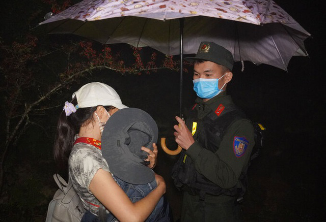 Mẹ ôm con nhỏ băng rừng trốn từ Trung Quốc về Việt Nam - Ảnh 3.