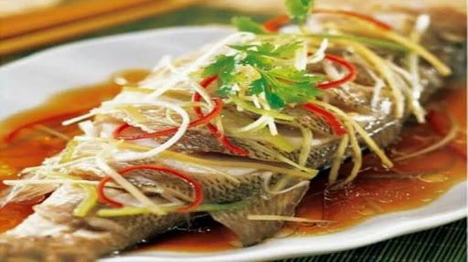 Nhiều người quen ướp gia vị khi hấp cá nhưng phải cho thứ này vào cá mới thơm ngọt, không bị tanh và khô - Ảnh 4.