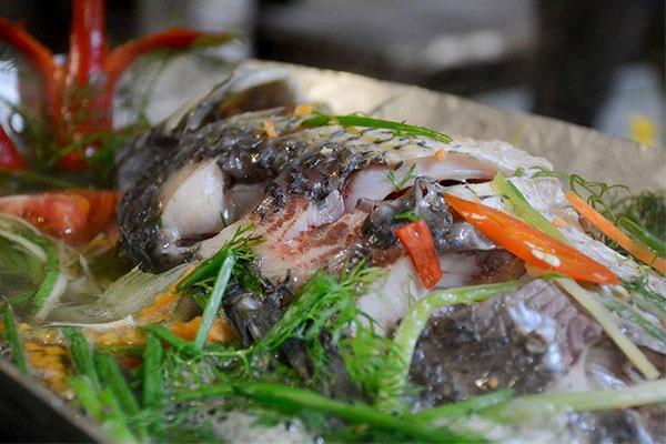 Nhiều người quen ướp gia vị khi hấp cá nhưng phải cho thứ này vào cá mới thơm ngọt, không bị tanh và khô - Ảnh 3.