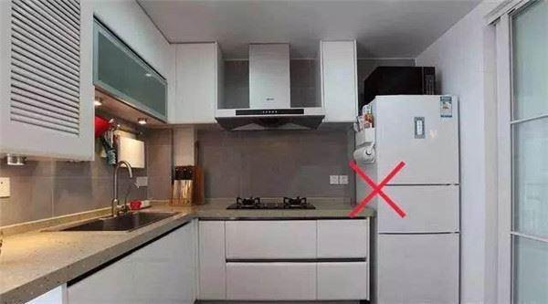 Cứ tưởng đặt tủ lạnh ở đây là tiện nhất, ai ngờ thực tế lại xung khắc, nguy hiểm đủ đường - Ảnh 2.