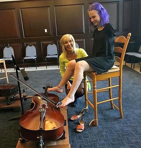 Nữ sinh cụt hai tay chơi cello, lái xe bằng chân - Ảnh 3.