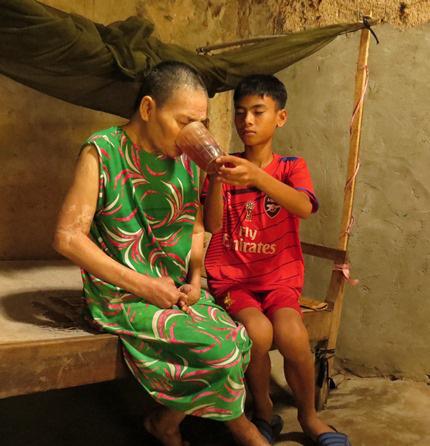 Xót thương cậu bé từ lúc 6 tuổi đã một mình chăm bà bệnh tật - Ảnh 2.
