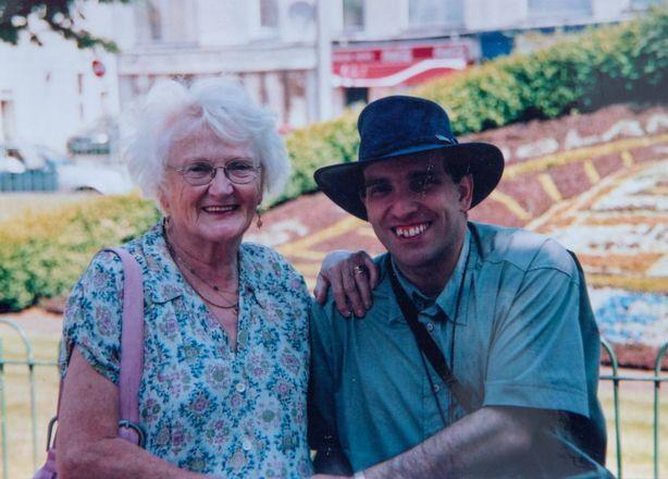 15 năm hôn nhân của bà cụ 83 và chồng 45 tuổi - Ảnh 2.