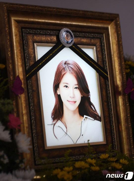 """Những hình ảnh đầu tiên tại nơi diễn ra lễ tang """"mỹ nhân hở bạo nhất Kbiz"""" Oh In Hye, nhìn di ảnh ai cũng xót xa  - Ảnh 2."""